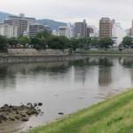 寺町の甍映る太田川・基町堤防